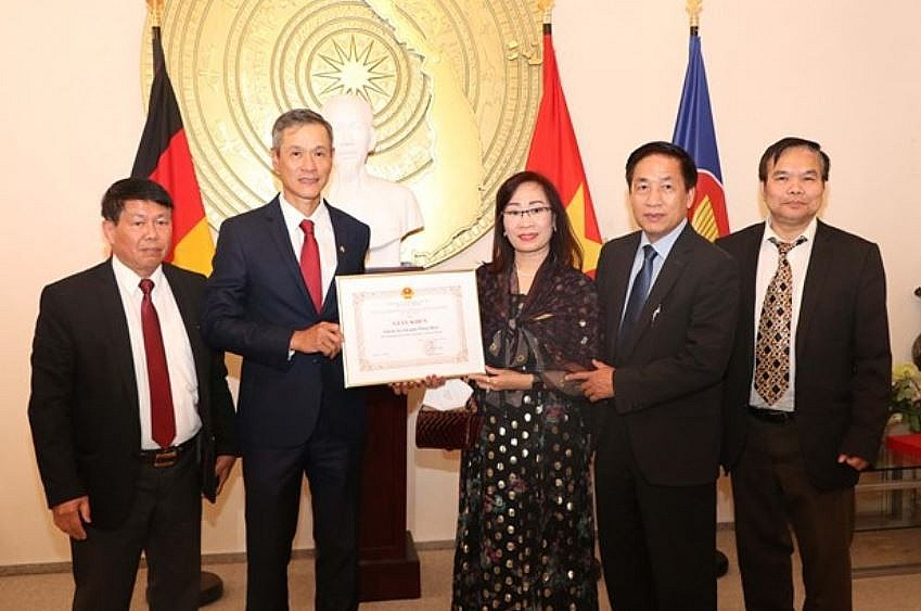 Vietnamese Ambassador to Germany Nguyen Minh Vu (second from left) presents a certificate of merit to representatives of the October Art Club. Photo: VNA