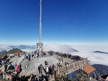 mau son mountain covered by frost due to the first cold spell