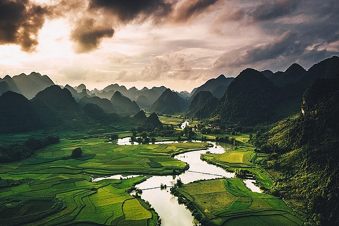 An expat be keen on taking pictures of Vietnam: