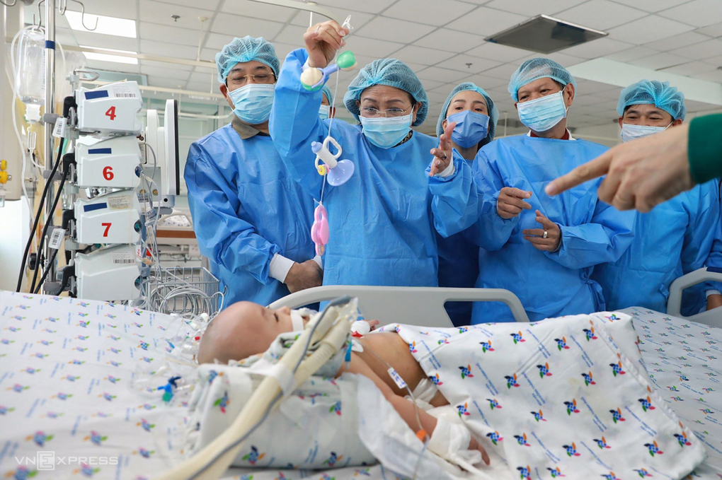Co-joined twin survived miracle seperation: Dieu Nhi is able to smile and lift up hand