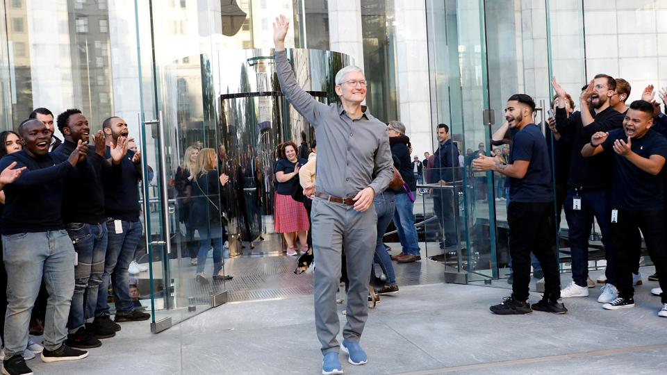 apple turns into the first us company reaching 2 trillion
