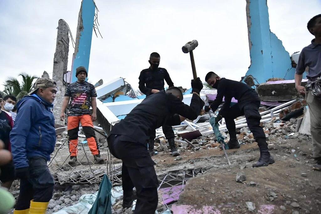 indonesias powerful earthquake sulawesi kills at least 34 injures hundreds