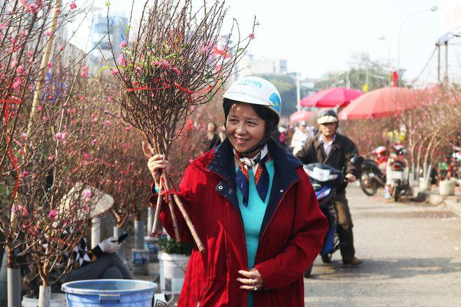 Hanoi's largest flower market opens all nights before Tet