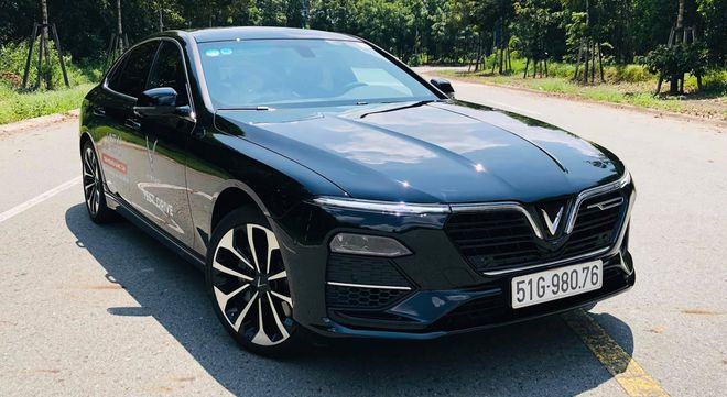 """VinFast Lux A2.0 overwhelming a German competitor and """"encroaching"""" on Toyota Camry"""