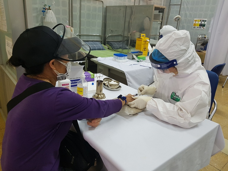 Rapid COVID-19 tests conducted to Hanoi wholesale markets