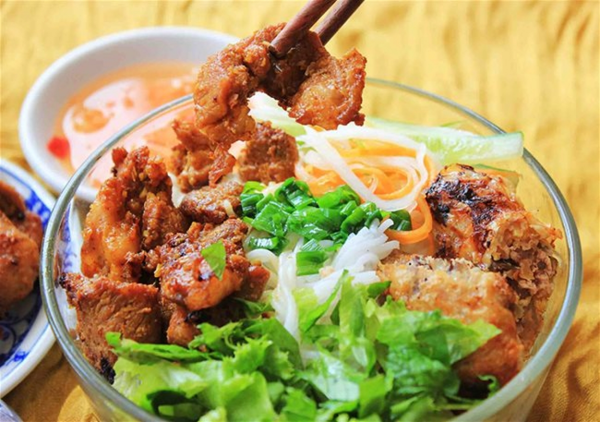 A bowl of Danang-style vermicelli with grilled pork - Photo: Hoiandanang