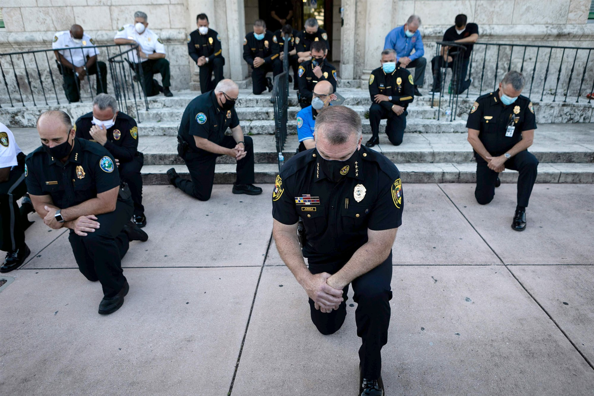 george floyd death us policemen kneel to apologise stand in solidarity with protesters