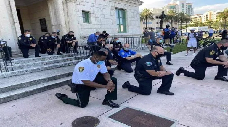 George Floyd death: US Policemen kneel to apologise; stand in solidarity with protesters