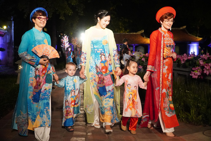 "Impressive ""Ao Dai - Vietnamese Cultural Heritage"" at the Temple of Literature - Imperial Academy"