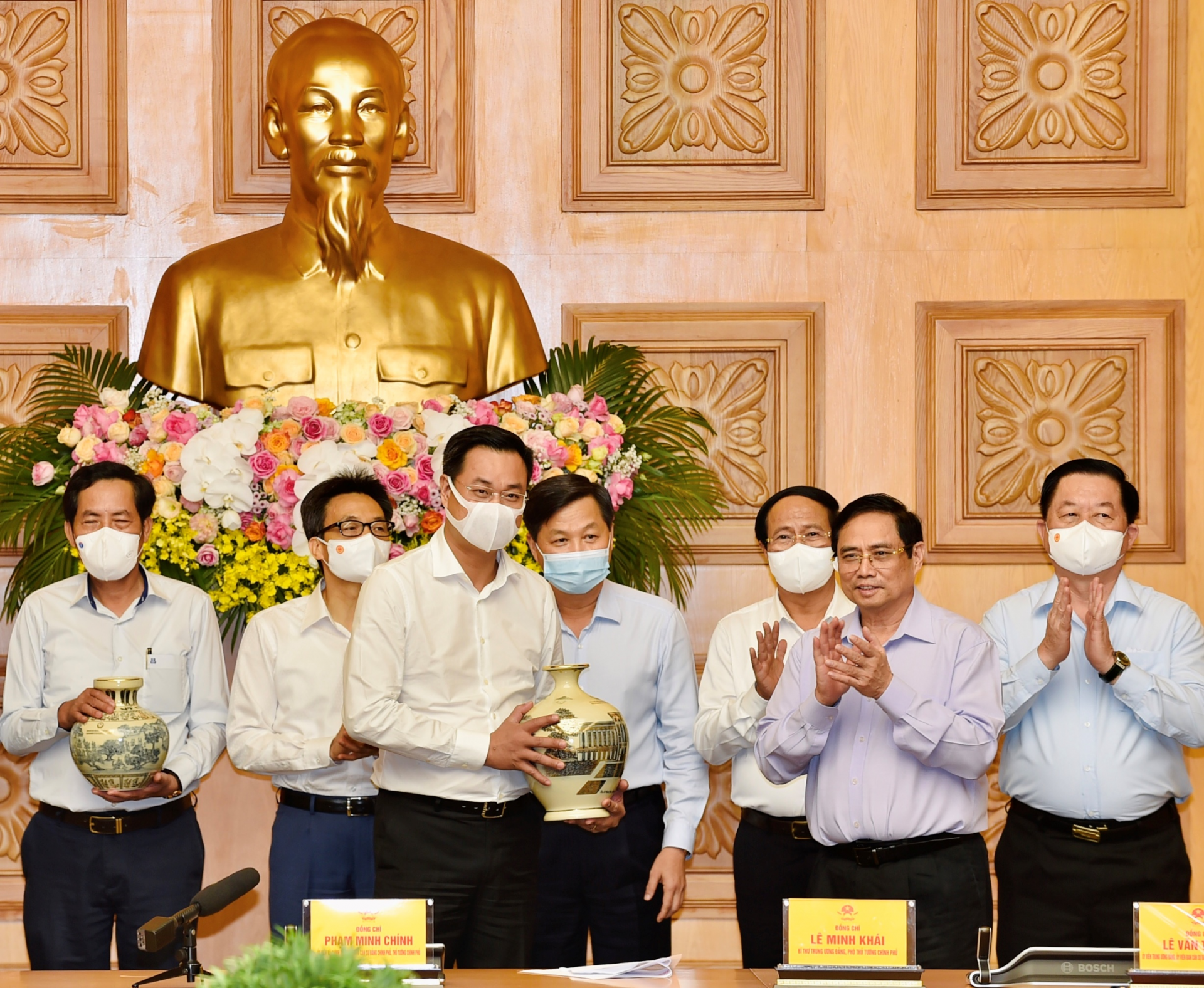 Prime Minister Pham Minh Chinh presents gifts to press agencies at the meeting. - Photo: VGP