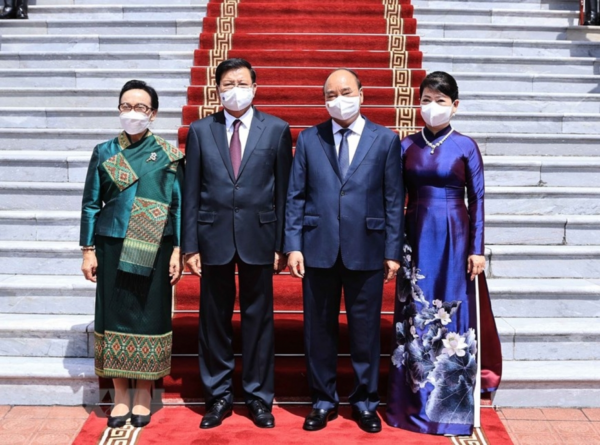 President Phuc and his wife pose for a photo with Laotian President Sisoulith and his wife at the welcoming ceremony.