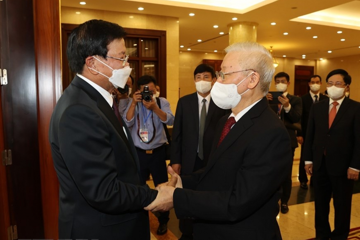 General Secretary of the Communist Party of Vietnam Nguyen Phu Trong welcomes the top Lao leader.