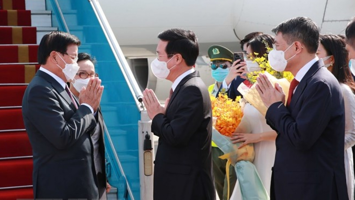 Vo Van Thuong, Politburo member and permanent member of the Party Central Committee's Secretariat welcomes General Secretary and President of Laos Thongloun Sisoulith and his wife at the aiport.
