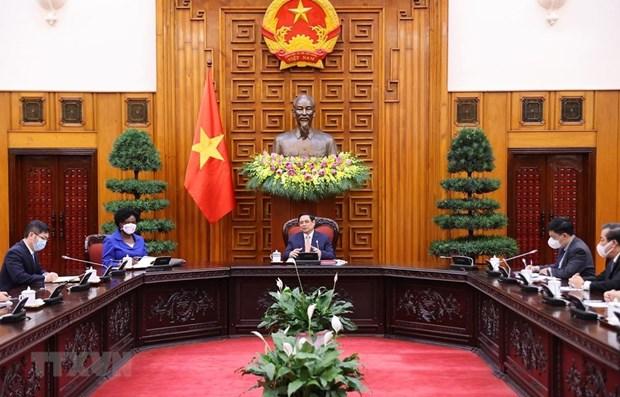 Prime Minister Pham Minh Chinh (C) speaks at the meeting (Photo: VNA)