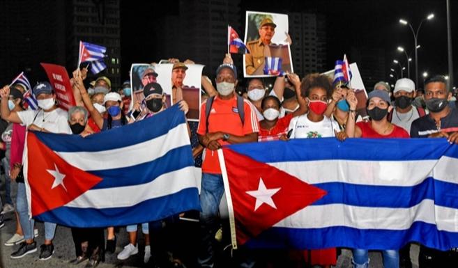 Cubans rally to express their determination to defend the Revolution. (Photo: Prensa Latina)