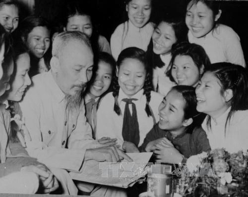Late President Ho Chi Minh and students from Hanoi's Trung Vuong Secondary School in May 1956. (Photo: VNA)