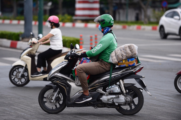 Technology platforms are coordinating with authorities to vaccinate drivers on a large scale - Photo: QUANG DINH