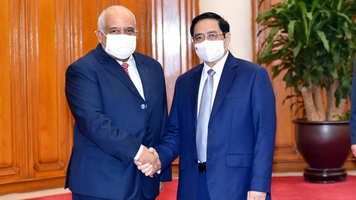 Prime Minister Pham Minh Chinh (R) welcomes Cuban Ambassador to Vietnam Orlando Nicolás Hernandez Guillen in Hanoi.