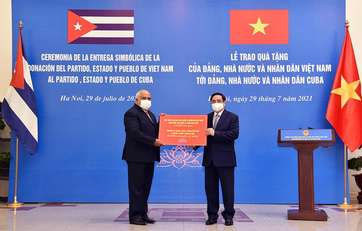 PM Chinh announced Vietnam's decision to donate 10,000 tonnes of rice to Cuba