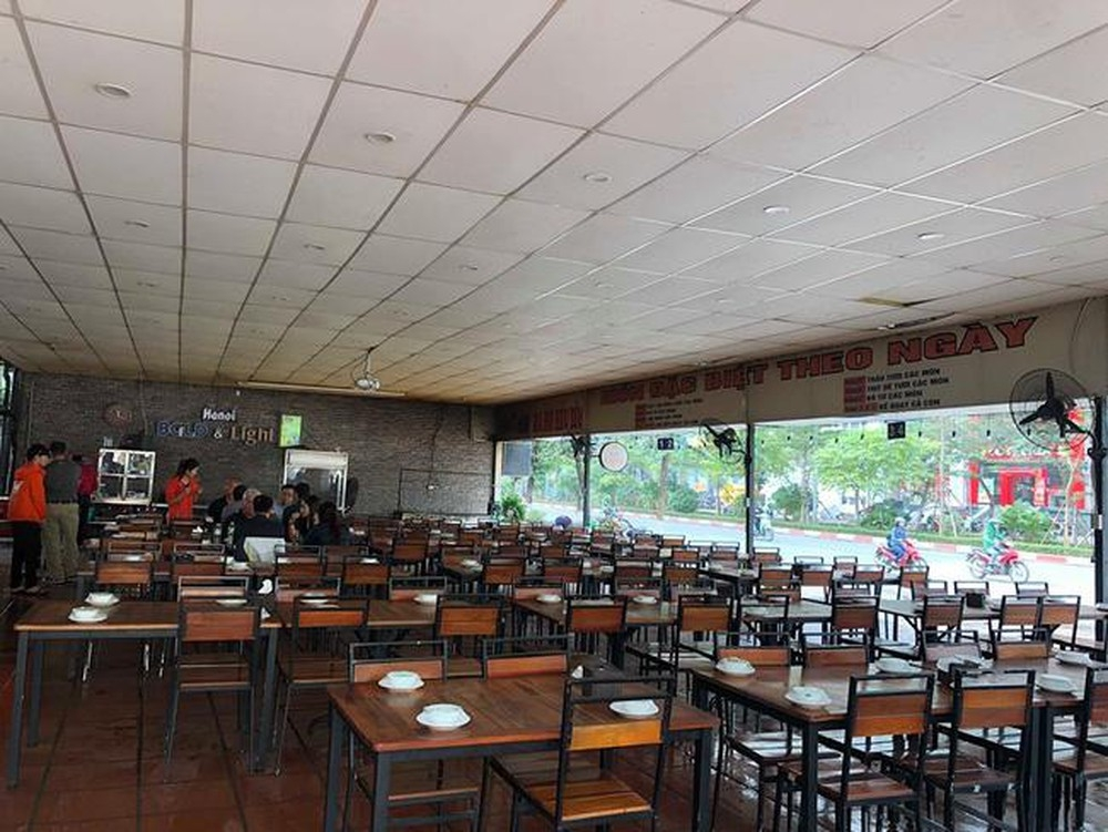 Hanoi implements social distancing at restaurants, cafes from 0:00 on August 19