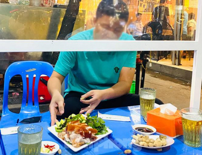 beer drinking in hanoi raises toast in special way for covid 19 prevention