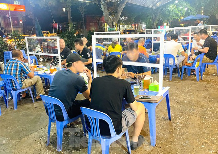 Beer drinking in Hanoi raises toast in special way for Covid-19 prevention