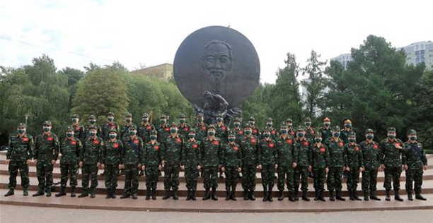 Members of the Vietnamese team pose for a group photo (Photo: VNA)