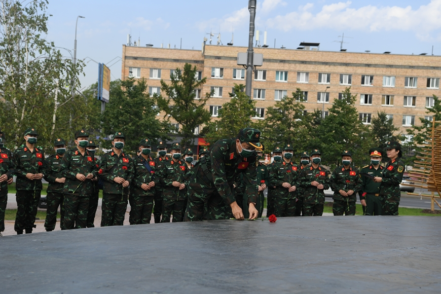The Vietnam People's Army delegation offers flowers at the monument of President Ho Chi Minh in Moscow Major General Pham Van Thai and the delegation offered flowers.
