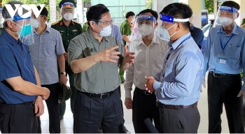 PM Chinh Inspects COVID-19 Prevention Measures in HCM City Hotspot