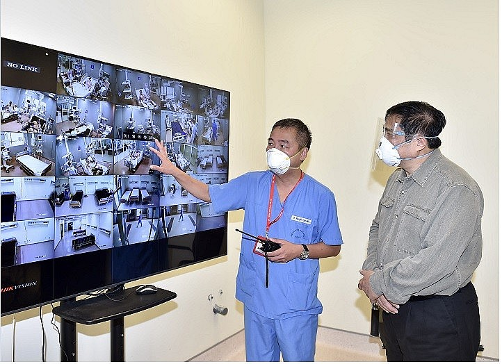 Doctor Nguyen Lan Hieu, Director of the Ha Noi Medical University Hospital briefs about COVID-19 treatment at the hospital through the central monitoring system -  Photo: VGP