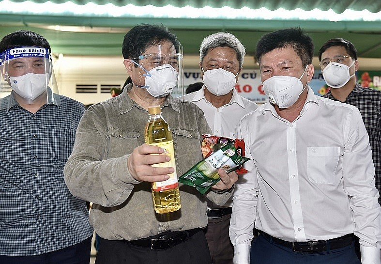 Prime Minister Pham inspects Dong Phu wholesale market specializing in supplying essential commodities for residents in Binh Duong province - Photo: VGP