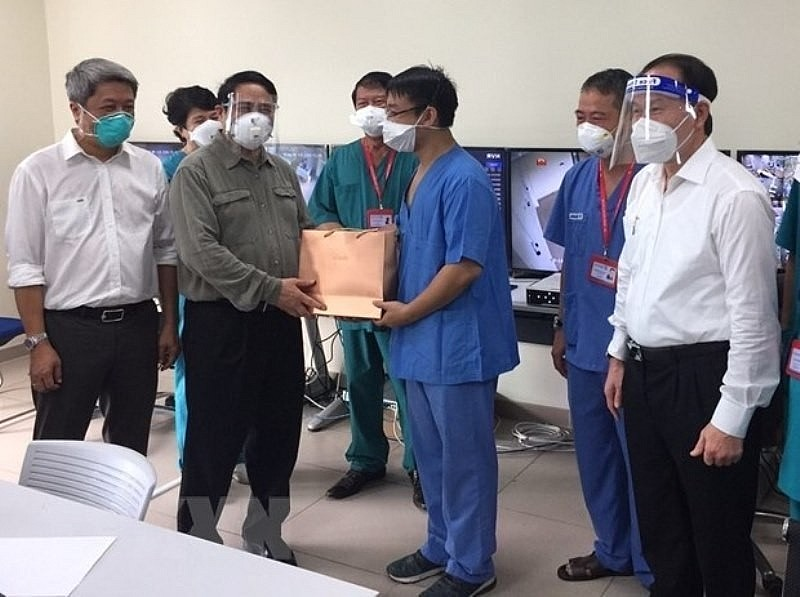 Prime Minister Pham Minh Chinh visits and presents gifts to doctors and nurses who are treating Covid-19 patients at Becamex Intensive Care Field Hospital, Binh Duong province.
