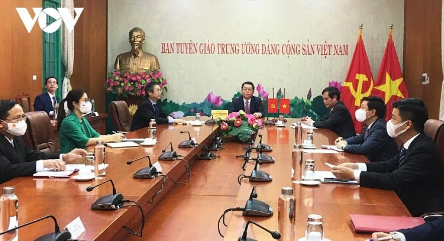 Secretary Nguyen Trong Nghia (middle) and other Vietnamese officials during the phone talks from Hanoi.