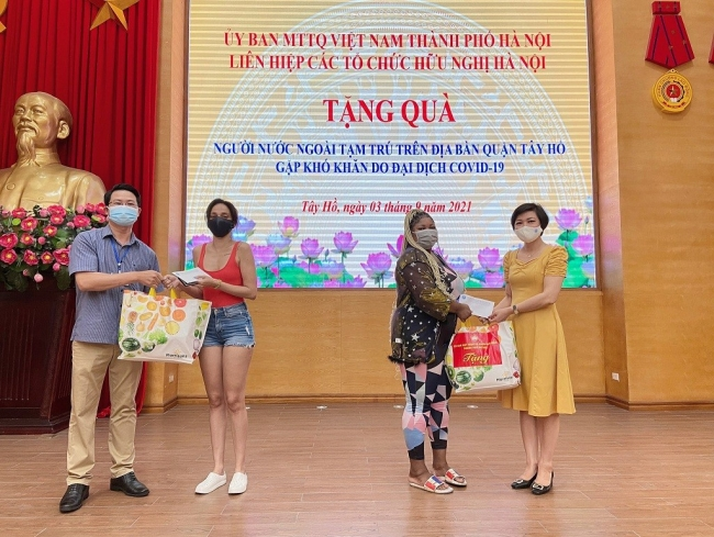 Covid Gift Packages Presented to Foreigners, Students in Hanoi