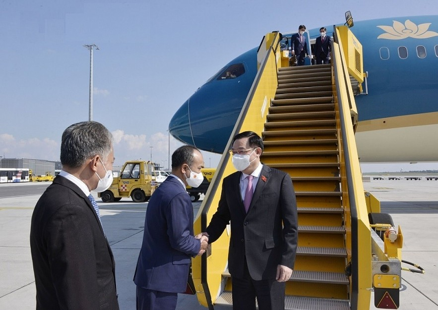 NA Chairman Vuong Dinh Hue has arrived in Vienna, Austria, beginning his working trip to the EU, where he will attend the fifth World Conference of Speakers of Parliament in Vienna.
