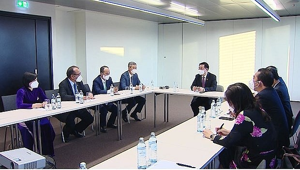 NA Chairman Vuong Dinh Hue meets with the ambassadors to five European countries (Photo: VNA)