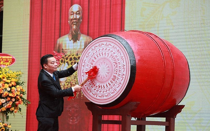 Chairman of the City People's Committee Chu Ngoc Anh beat the drum to open the new school year 2021-2022. Photo: