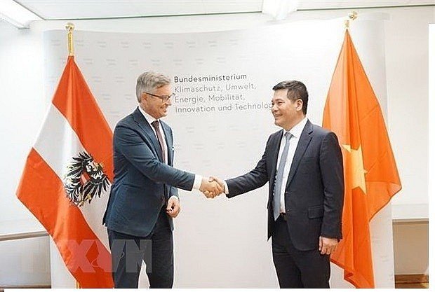 Minister of Industry and Trade Nguyen Hong Dien (R) and State Secretary in the Federal Ministry for Climate Action, Environment, Energy, Mobility, Innovation and Technology Magnus Brunner. (Photo: VNA)