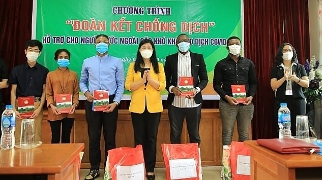 On September 4, Hanoi's authorities give 25 sets of gifts to foreign students at the Vietnam National University of Agriculture in Gia Lam District. (Photo: VNA)