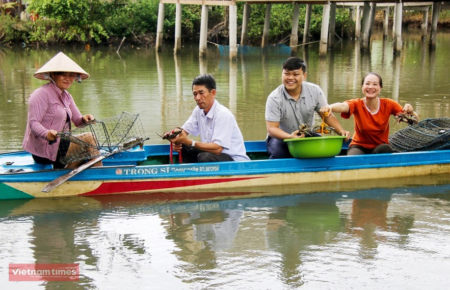 Visitors experience with people catching crabs in Ca Mau, a time when there was no Covid-19 epidemic.
