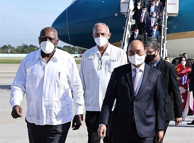 Vietnamese President Nguyễn Xuân Phúc is welcomed at at Jose Marti International Airport in Havana