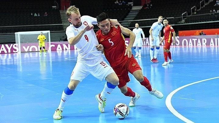 Vietnamese and Czech players in action during their Group D match on September 19. (Photo: VFF)