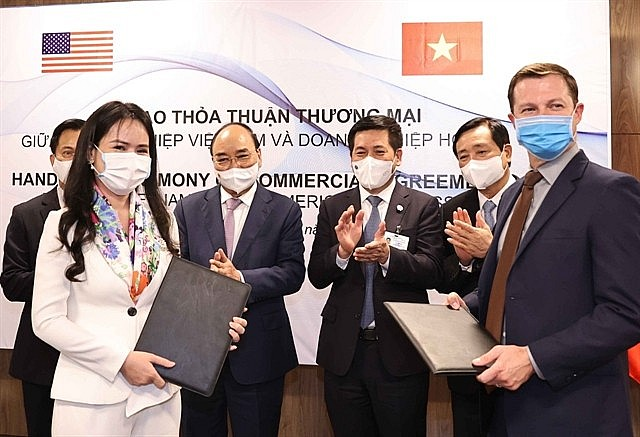 Representatives of T&T Group and US partners signed MoUs and contracts in the presence of President Nguyễn Xuân Phúc. — Photo courtesy of T&T Group