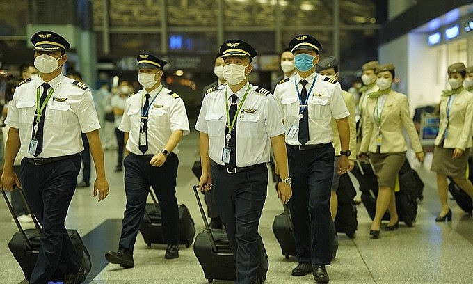 Bamboo Airways pilots and flight attendants prepare to get aboard the airline's first direct Vietnam-U.S. flight, Hanoi, September 23, 2021. Photo by VnExpress