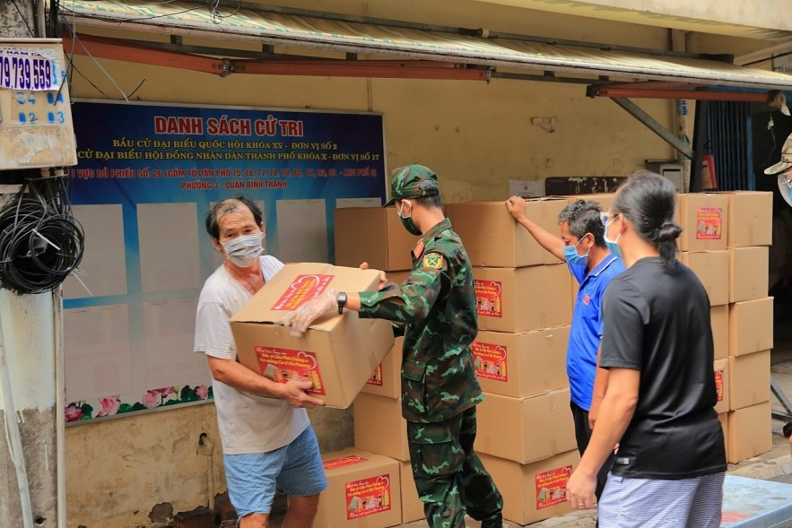 The gift boxes of singer Ha Phuong were delivered to people in Ho Chi Minh City.