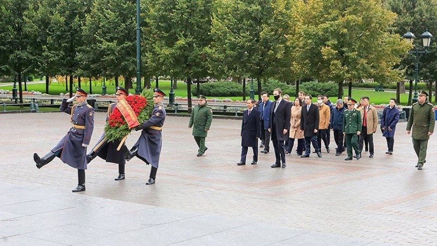 Minister Son and other officials of the Vietnamese delegation lays a wreath at the Ho Chi Minh Monument in Moscow. (Photo: Ministry of Foreign Affairs).