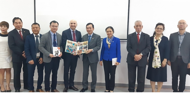 Vietnam - Italy Friendship Association introduces awarded publications to Ho Chi Minh Museum