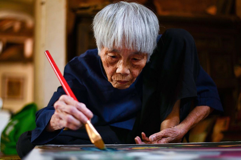 vietnamese pioneer octogenarian artist gets first solo exhibit
