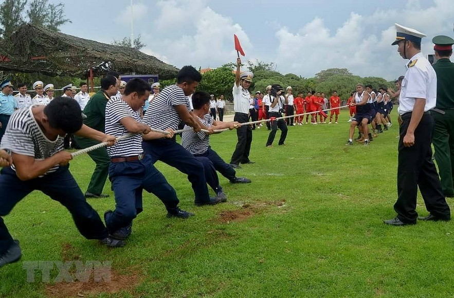 The Philippine and Vietnamese navies played soccer and tug-of-war games on Southwest Cay in the Spratly archipelago, on June 8, 2014. (Photo: VNA)