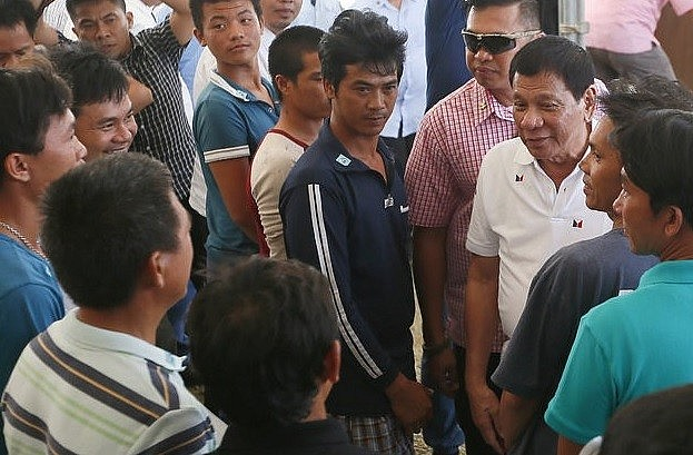 President Rodrigo Duterte personally saw off 17 Vietnamese fishermen who had trespassed in Philippine waters, after ordering their release in a gesture of friendship towards Ha Noi, on November 2, 2016. (Photo: AP)
